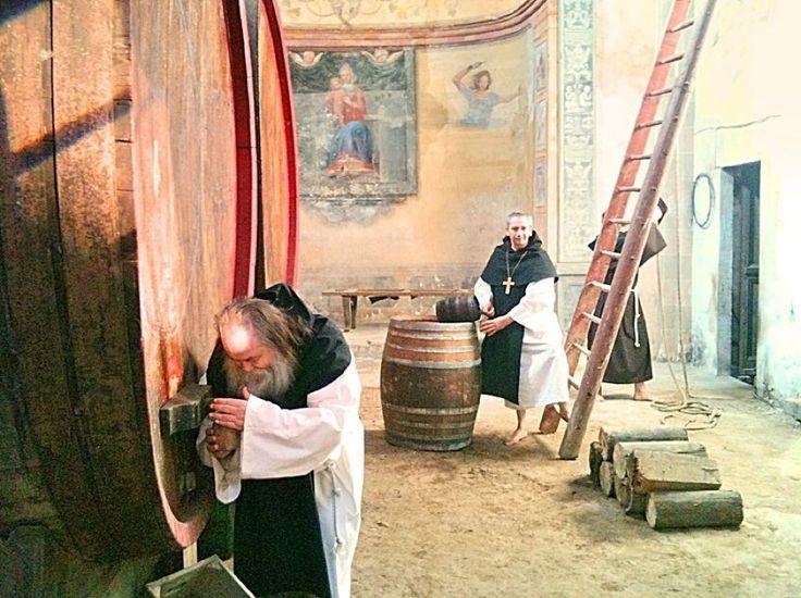"""""""Azzate città della birra fin dal secolo XIII. Monaci trappisti nel loro monastero, con le loro enormi botti e con la loro particolare birra... Il monaco Franciscus Gallus Aciatensis mentre spilla"""". Set fotografico per """"Chichibio cucina in Varese"""", un libro fotografico di Walter Capelli in collaborazione con la Pro Loco di Castiglione Olona (il """"monaco"""" era Franco Re), la location era l'interno della chiesa sconsacrata di S. Antonio"""