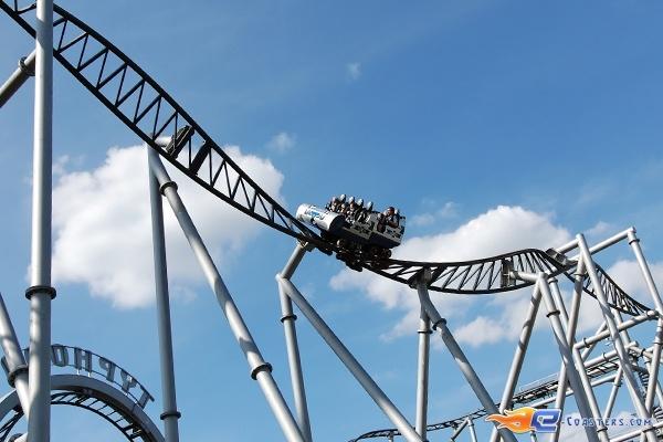 8/15 | Photo du Roller Coaster Typhoon situé à Bobbejaanland (Belgique). Plus d'information sur notre site http://www.e-coasters.com !! Tous les meilleurs Parcs d'Attractions sur un seul site web !! Découvrez également notre vidéo embarquée à cette adresse : http://youtu.be/nOJ7D-vC67w