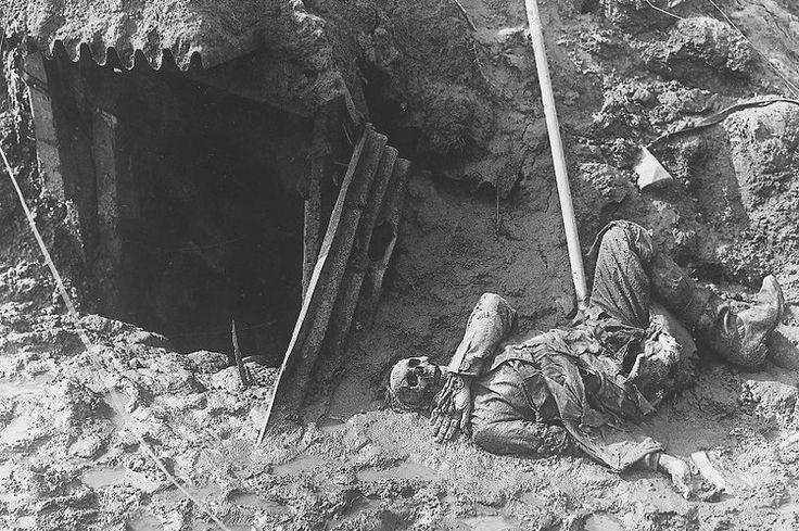 1914 1918 - Cette photo résume à elle-seule toute l'horreur de la bataille de Verdun, qui s'étala du 21 février au 19 décembre 1916 et provoqua la mort de près de 300 000 hommes. Un soldat allemand gît dans une tranchée reconquise par les Français.