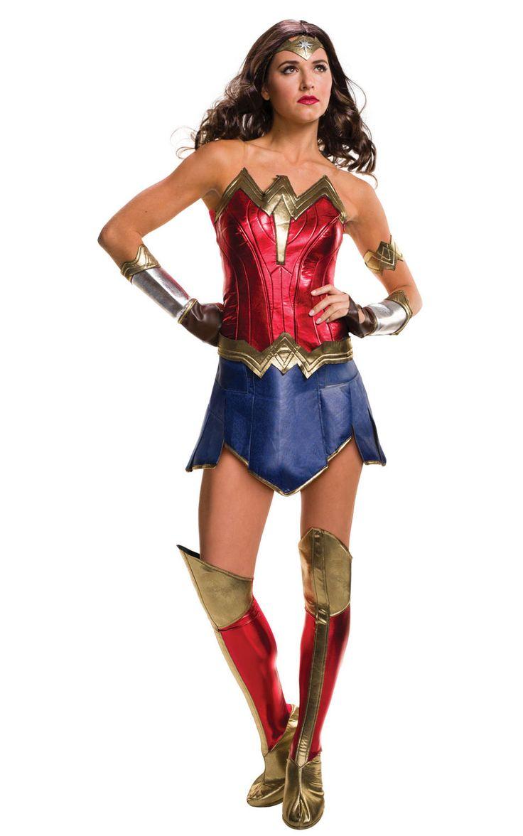 Wonder Womanin eli Ihmenaisen naamiaisasu on oivallinen valinta naiselle, jota ei perinteiset prinsessahepenet kiinnosta. Tässä asussa voi juhlia supersankarittarena aina kun sellaiselle on tarvetta. Laadukas asu on upeannäköinen asukokonaisuus todelliselle supernaiselle. Naamiaisasu sisältää: - toppi - hame sisäänommeluilla shortseilla - käsineet - käsikoru - kengänpäälliset