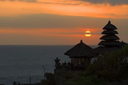 Uluwatu is a tourist spot and is located in the southern area of the island with views over the cliff while watching the sunset while looking at the unique behavior of the cutest monkeys... #uluwatu #temple #sunset #indianocean #cliff