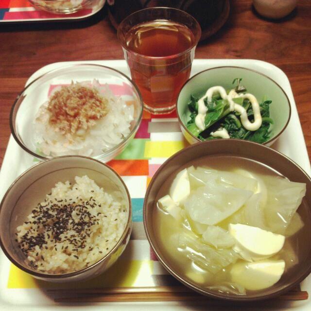 久しぶりの玄米。普段から炊飯は土鍋なんだけど、びっくり炊きってのを試してみた。吸水無しで炊ける!!おひたしにマヨが欲しかったので豆腐マヨ作ってみた。結構騙せる(°д°) - 7件のもぐもぐ - 野菜スープ、玉ねぎサラダ、つるむらさきのおひたし、玄米ごはん、マテ茶 by pirararara