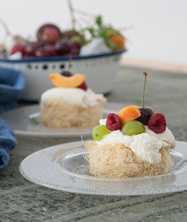 Μία εύκολη καλοκαιρινή συνταγή που συνδυάζει φύλλο κανταΐφι με φρέσκα φρούτα και ρικότα.