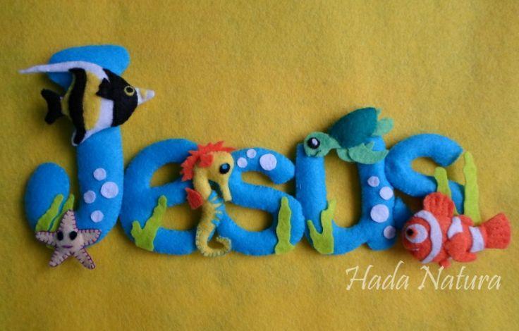 Fondo marino para Jesús. Nombre realizado en fieltro y decorado con animales marinos. Descubre todos los detalles y más fotos en el blog:  http://hadanatura.blogspot.com.es/2013/12/fondo-marino-para-jesus.html