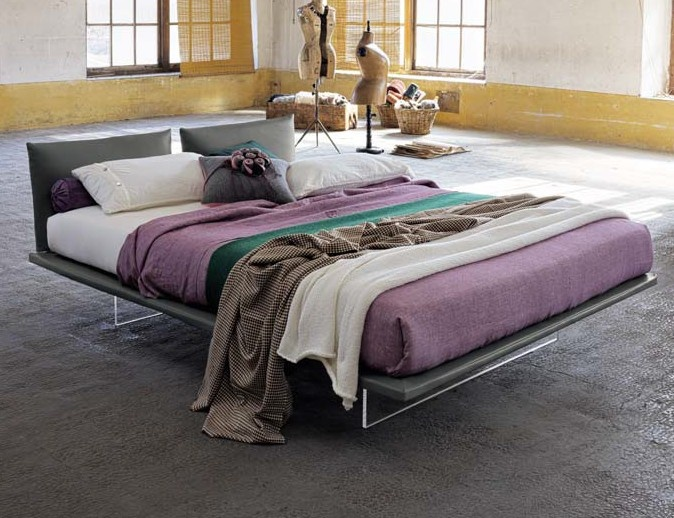This bed seems to float in the air thanks to the support in transparent plexiglas.