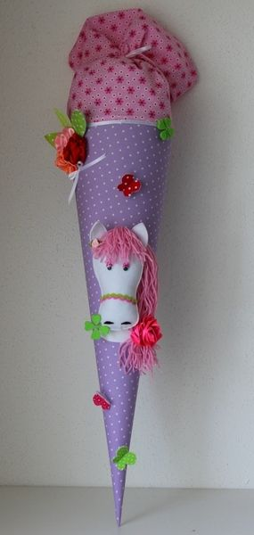 Eine in liebevoller Handarbeit gefertigte, traumhaft schöne Schultüte aus wunderschönem Baumwollstoff lila gepunktet. Die Schultüte hat ein Innen...