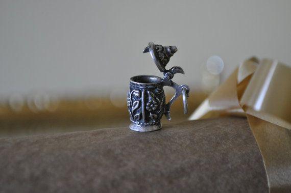 Vintage 835 chope de bière Sterling pendentif ou charme. Signe HWP. Couvercle motif floral/mobile. Remise des diplômes, 21e anniversaire ou ...