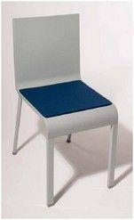 Omschrijving  designstoel -kussen voor de stoel 03.   Eigenschappen  opbouw: 2x3mm dikke wolvilt, gevuld met 10mm zitschuim en antislip-laag onderaan. De onderkant is steeds in antraciet gemêleerd. afmetingen: 36,5 x 35,5 cm.  merk: Parkhaus