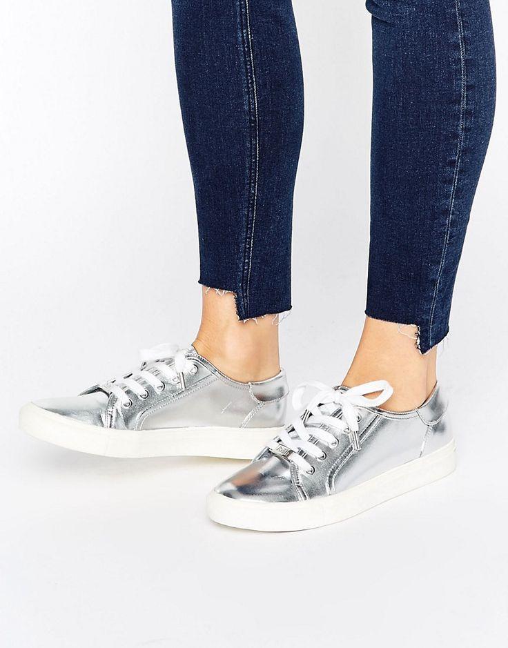 ¡Cómpralo ya!. Zapatillas de deporte en plateado metálico con cordones de Faith. Zapatillas de deporte de Faith, Exterior de cuero sintético, Acabado metalizado, Cierre de cordones, Suela gruesa, Dibujo texturizado, Limpiar con una esponja húmeda, Exterior: 100% poliuretano. ACERCA DE FAITH Brit high-street favourites Faith channel a love of fast fashion across their trend-led collections of shoes and accessories. Las bailarinas chic parisinas y las sandalias planas con tachuelas se unen...
