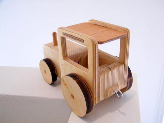 Tractor de granja de madera Juguetes de madera del abuelo Esdras Los juguetes del abuelo Esdras se hacen de madera respetuoso del medio ambiente y sin tornillos, clavos o pintura! Esto los hace perfectamente seguro para sus hijos. Durante años hemos estado disfrutando nuestros