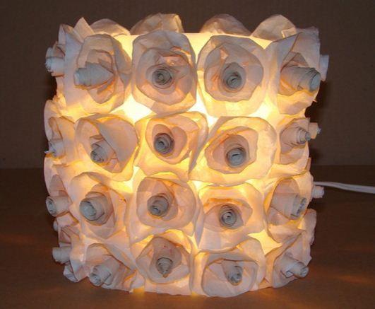 Lámpara con botella reciclada. Hoy te mostramos cómo puedes hacer una superoriginal y sencilla lámpara decorativa utilizando una botella de plástico usada. http://bricoblog.eu/lampara-decorativa-reciclando-botella-de-plastico #Manualidades #Reciclaje #Decoración