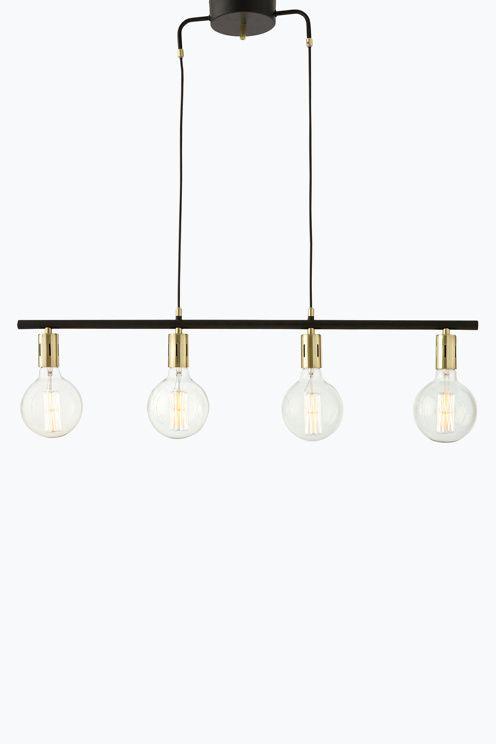 Taklampa av blank och matt metall med fyra lamphållare. Lampans längd 90 cm…