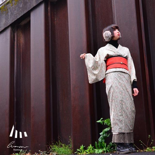 ミセル裾よけホムシュヘム(homsuehem)は裾よけの下部分にプリーツを施した、見せて使っていただくhomsue(ホムシュ)のオリジナル商品です。どんな素材にも合わせやすいレースに、ニュアンスカラーのカーキ色という使いやすさ抜群のイザベルです。万能なレースプリーツは夏にも涼しげで浴衣にもおすすめ。冬はパンプスやブーツと合わせてモダンガールな着こなし・・と妄想がはかどります♪足袋+お草履と合わせる場合は、プリーツ部分を出しすぎると足首と足袋の境目が見えてしまうのでほどほどに♪・・・・・・・・素材・・・・・・・・お腹部分の生地 コットン(綿)100%中間の生地 東レシルック(ポリエステル)100%プリーツ生地…
