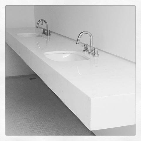 Opcão de bancada para banheiro, em mármore branco piguês, sem frontão, apenas com bit metálico branco embutido. Louças e metais #deca linha link!  #escala1para5 #bathroom #marmorebrancopigues #bancada #homedecor #archilovers #bathroomdetails