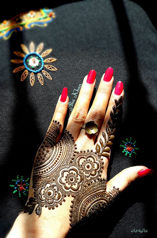 Pretty hand henna or mehendi design. Red manicure. Pinterest: @ ellyspeaking_