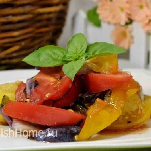 Салат с помидорами, сливами и базиликом
