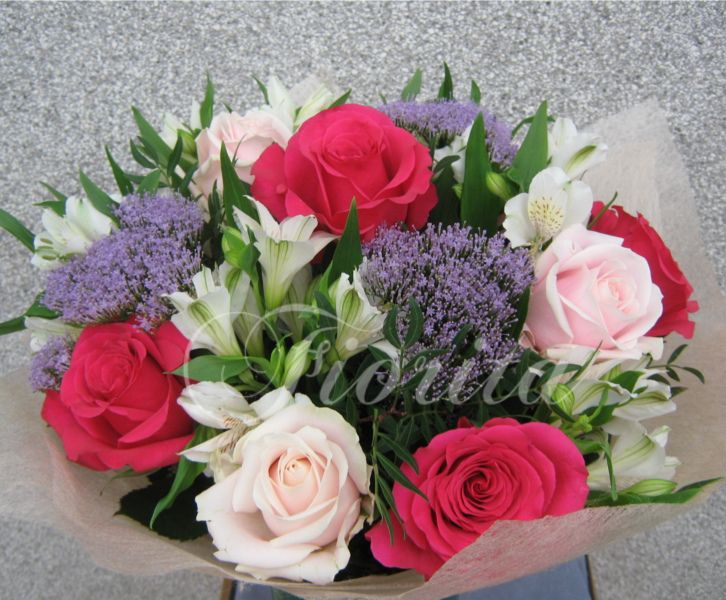 Květiny Praha: růže, trachelium, alsgtroemérie