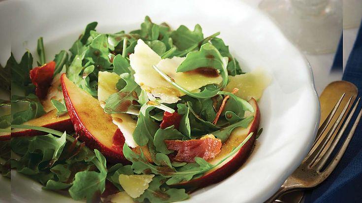 Essayez cette salade fraîche et goûteuse de poires, de parmesan et de croustilles de prosciutto.