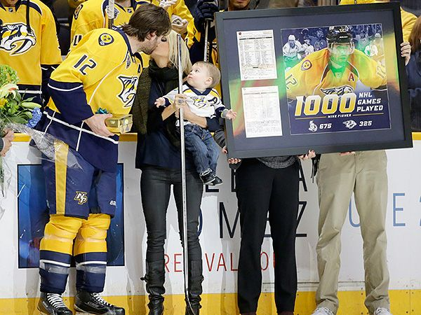 Carrie Underwood S Son Isaiah Watches Mom Steal A Kiss As Mike Fisher Celebrates His 1 000th Nhl Game Carrie Underwood Carrie Underwood Pictures Carrie Underwood Mike Fisher
