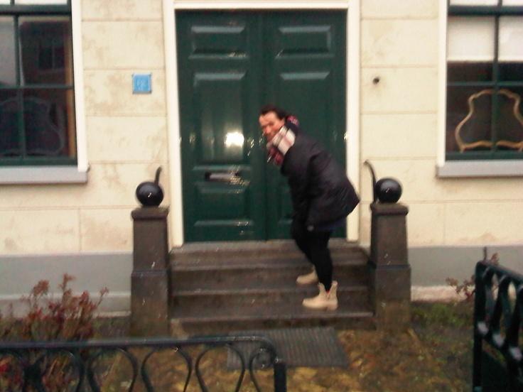 Bij de voordeur van Dokter Deen