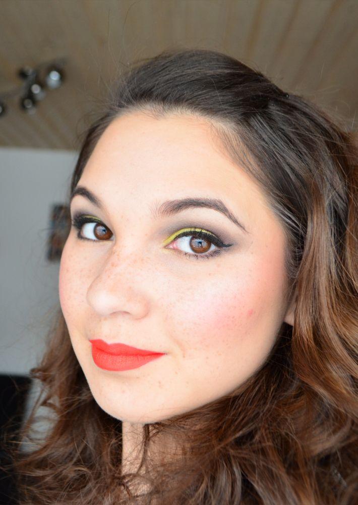Der matte Lippenstift von IQ Cosmetics gibt es in verschiedenen Farben. Auf diesem Bild seht ihr die Farbe 32 Summer, welches ein knalliger orangefarbener, matter Lippenstift ist.