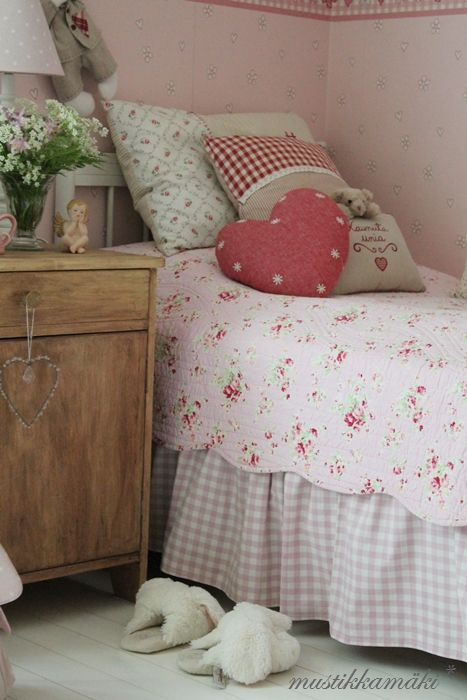 Not fussed about the wallpaper but love the gingham valance and general feel of the room