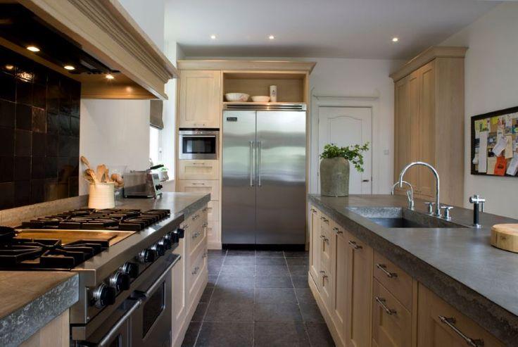 Massief eiken houten keuken met betonnen aarechtbladen en Viking apparatuur - Zwarte witjes achterwand.