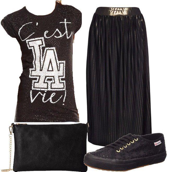 T-shirt nera, in cotone, con stampa, costellata da strass neri, abbinata a gonna longuette, plissettata nera e bronzo. Abbiniamo sneakers nere, in pizzo e borsa a tracolla nera.