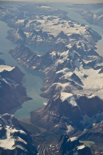 Greenland mountains and ocean fjords from the air | Photo: Raul Diaz #flickr | License: CC BY-NC-ND 2.0 http://creativecommons.org/licenses/by-nc-nd/2.0/deed.de
