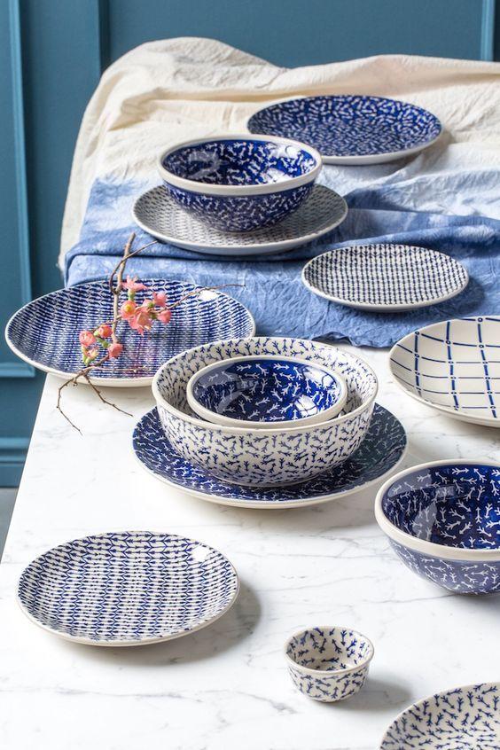Ultra tendance, la vaisselle bleue et blanche en céramique donne de l'allure à votre table.