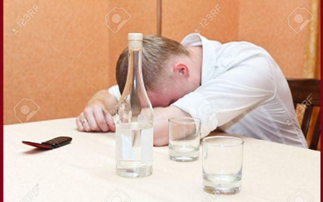Dalla cella frigorifera dell'obitorio arrivano dei rumori: qualcuno è resuscitato! E' insieme agli amici per festeggiare l'anno nuovo quando un uomo di Vladivostok (Russia) piomba secco al suolo. Dato per morto, viene condotto all'obitorio dove però accade l'incredibile: dopo un'or #morto #sveglio #obitorio #vodka #russia