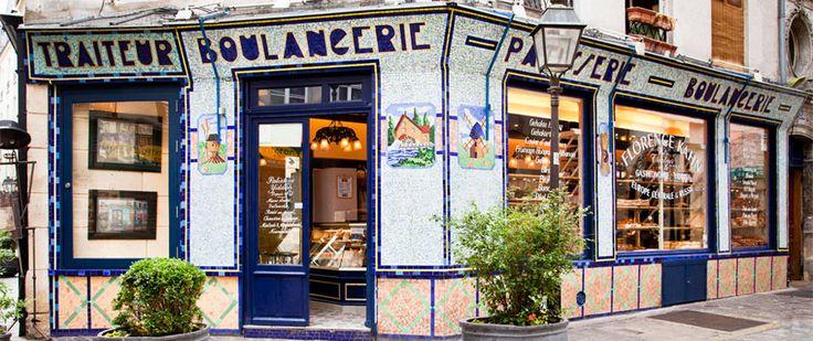 Paris 4e - La boutique Florence Kahn se trouve en plein cœur du Marais, à l'angle de la rue des Ecouffes et de la rue des Rosiers. La superbe façade en mosaïque bleue, reconnaissable entre toutes, classée Monument Historique de Paris, date de 1932. Vous y dégusterez des spécialités yiddish.