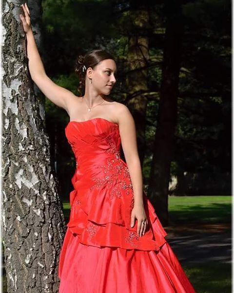 Rudě červené šaty z našeho salonu