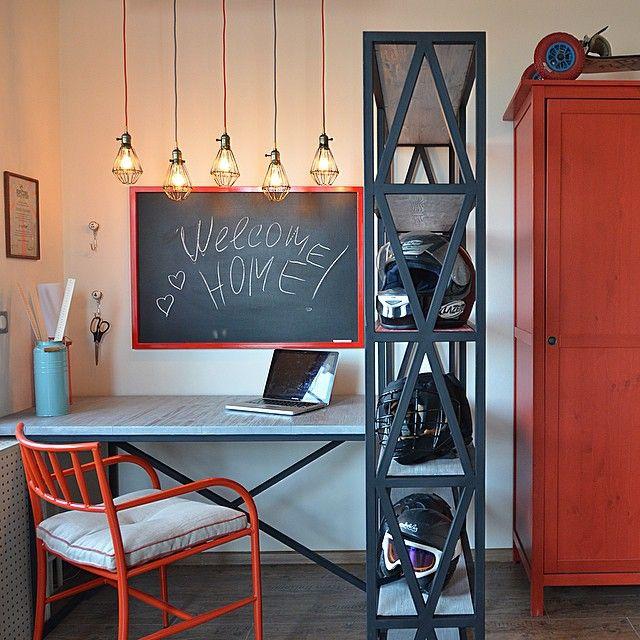 Ну для тех, кто не видел, покажу еще немного той переделки для Дома мечты СТС. Поскольку бюджет был очень скромный, пришлось творить ручками - и вот мы сварили стол и стеллаж. А еще сделали светильник и грифельную доску для записей... Хозяин комнаты - очень творческий человек, он оценил наше творчество:))) #доммечты #стс #переделка #спальня #моипроекты #женяжданова #декоратор #декор #сварка #моямастерская #стол #стеллаж  #designedbyzhenyazhdanova #zhenyazhdanova #женяжданова