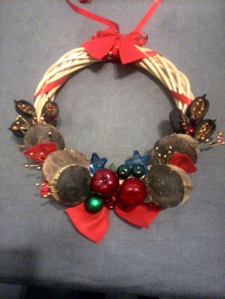 ghirlanda natalizia fatta con bacche essiccate e decori vari
