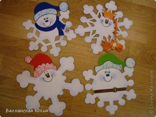 Вот такие смешные снежинки у меня получились в школу для ребёнка на украшение класса. Идею подсмотрела здесь http://stranamasterov.ru/node/118906?c=favorite Сзади ко всем снежинкам приделана верёвочка. А можно из них сделать и гирлянду, кому как нравится. фото 1