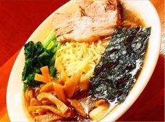 JR新橋駅から徒歩3分くらいにあるらあめん 満来 新橋店で遅めの昼食です(_)お腹減った時のボリューム満足のラーメンは最高に美味しいですねまた久しぶりの醤油ラーメンですので味わって食べていますメンマもチャーシューも味が染みてて美味しい( ˊᵕˋ)ノ tags[東京都]