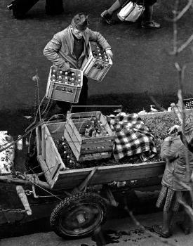 """Zakopane 1974. Goral wynosi ze sklepu Pewex (sprzedz tylko za waluty wymienialne) wodke """"zytnia"""", ktora w tym trybie sprzdwzy byla znacznie tansza. fot. Jan Morek /Forum"""