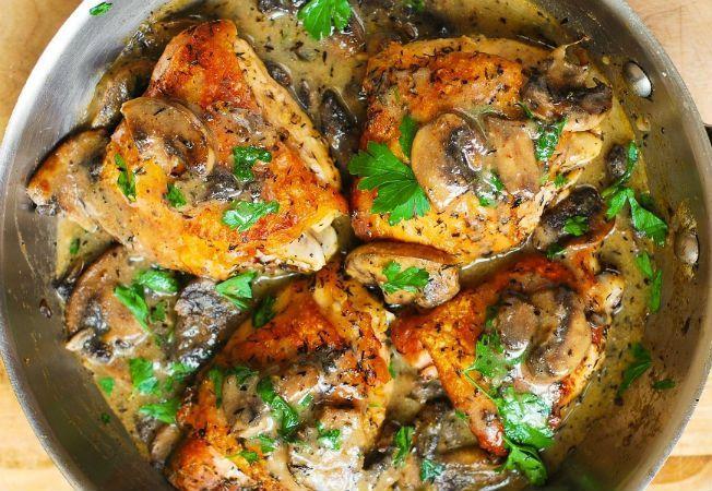 Pulpe de pui cu sos cremos de ciuperci