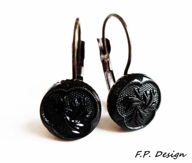 Hier biete ich ein schönes Paar Vintage Ohrhänger mit schwarzen Kunststoffcabochons aus den 50er'n mit filigranem Blumenmuster.     Bronzebrisur lt. H