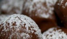 Denna chokladfudgen med valnötter, är också riktigt goda!! Passar perfekt att bjuda på nu till Nyårsafton:  Du behöver : 3 dl vispgrädde 3 dl strösocker 1 dl ljus sirap 50 gram smör 1 msk honung 100 – 150 gram mjölkchoklad 100 gram grovhackade valnötter ( eller mer om man … Läs mer