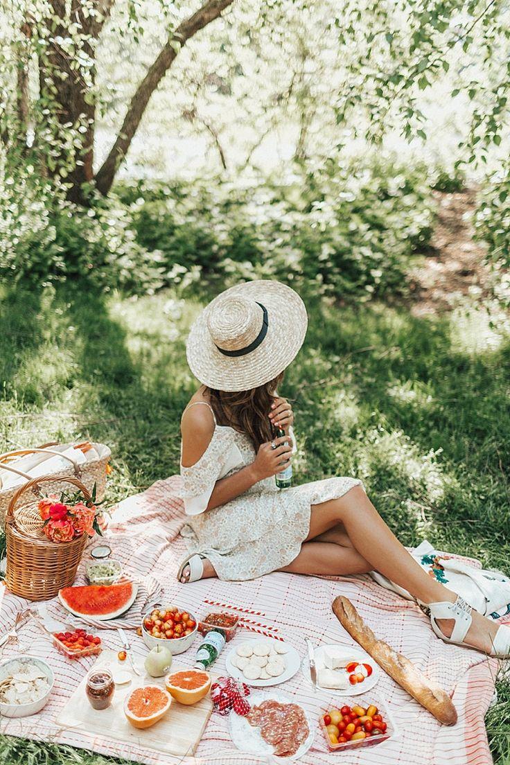 Алена на пикнике красивые упругие попки