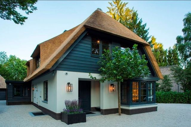 Tradycyjne materiały budowlane, rustykalny wystrój i otulające budynek miękkie światło to idealny przepis na przytulny dom. Poznaliśmy go dzięki holenderskiej pracowni Kabaz, która zaprojektowała dom niezwykły