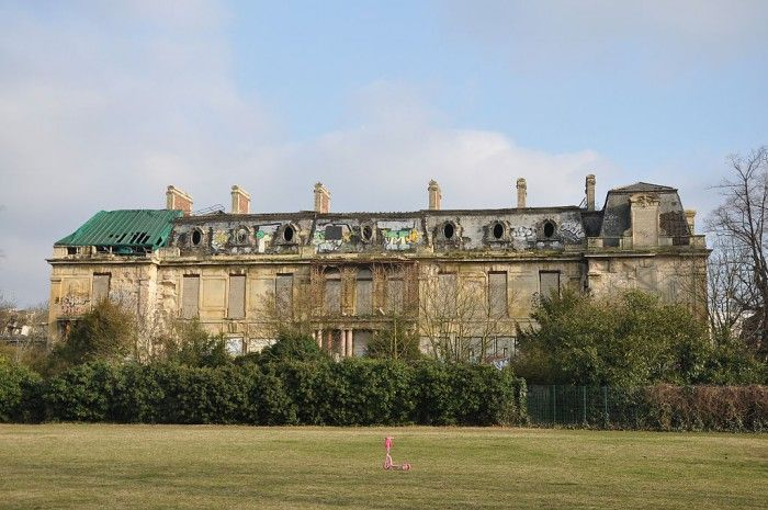 Aux portes de Paris, à Boulogne plus précisément, se trouve un château style Louis XIV, aujourd'hui abandonné, qui a longtemps appartenu à la famille.