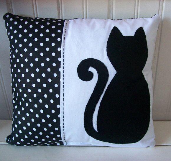 Almofada em algodão com aplicação em patchwork. Se desejar, bordamos o nome.
