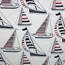 Bílá bavlněná látka se vzorem plachetnic. Látka je vhodná na patchwork, quilting, ložní prádlo, ale i na šaty, kalhoty.
