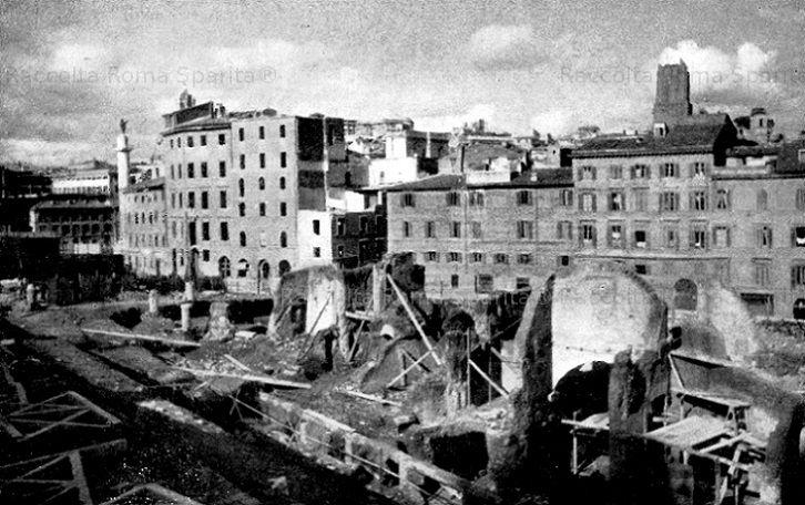 Foto storiche di Roma - Dalle demolizioni di Via di Marforio appaiono gli avanzi del Foro di Cesare Anno: 1932