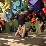 Trisha Brown es un reconocido símbolo de la danza post moderna; bailarina y coreógrafa nacida Aberdeen, Washington, recibió su licenciatura en Danza de la Universidad Mills, en 1958. En una época cambiante y desafiante para la danza y la sociedad en general, Brown decidió tomar el camino de la coreografía y la creación escénica.En 1961, …