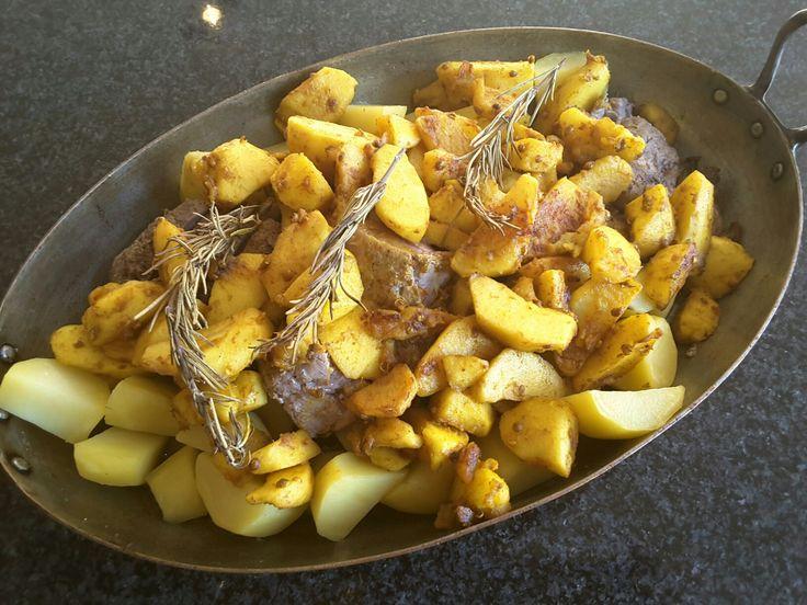 varkenshaasje ingewreven  met komijn, kaneel, peper, zout en olijfolie met appel chutney  (appels met kurkuma,  koriander en witte wijnazijn) Heerlijk! in oven 15' op 175 graden