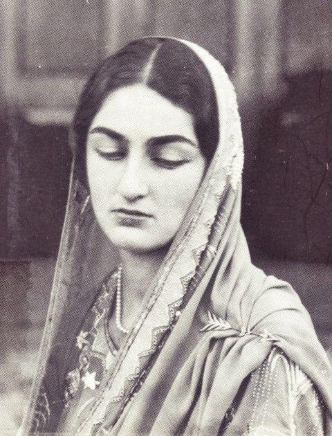 1939 - Dürrüşehvar Sultan  Son Osmanlı Halifesi Abdülmecit Efendi-nin kızı. Bu fotoğrafta 25 yaşında olup, 2006 yılında hayatını kaybetmiştir.